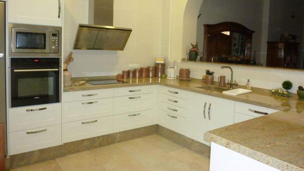 Cocinas blanco roto opcin a en madera blanca cocina for Cocinas blanco roto