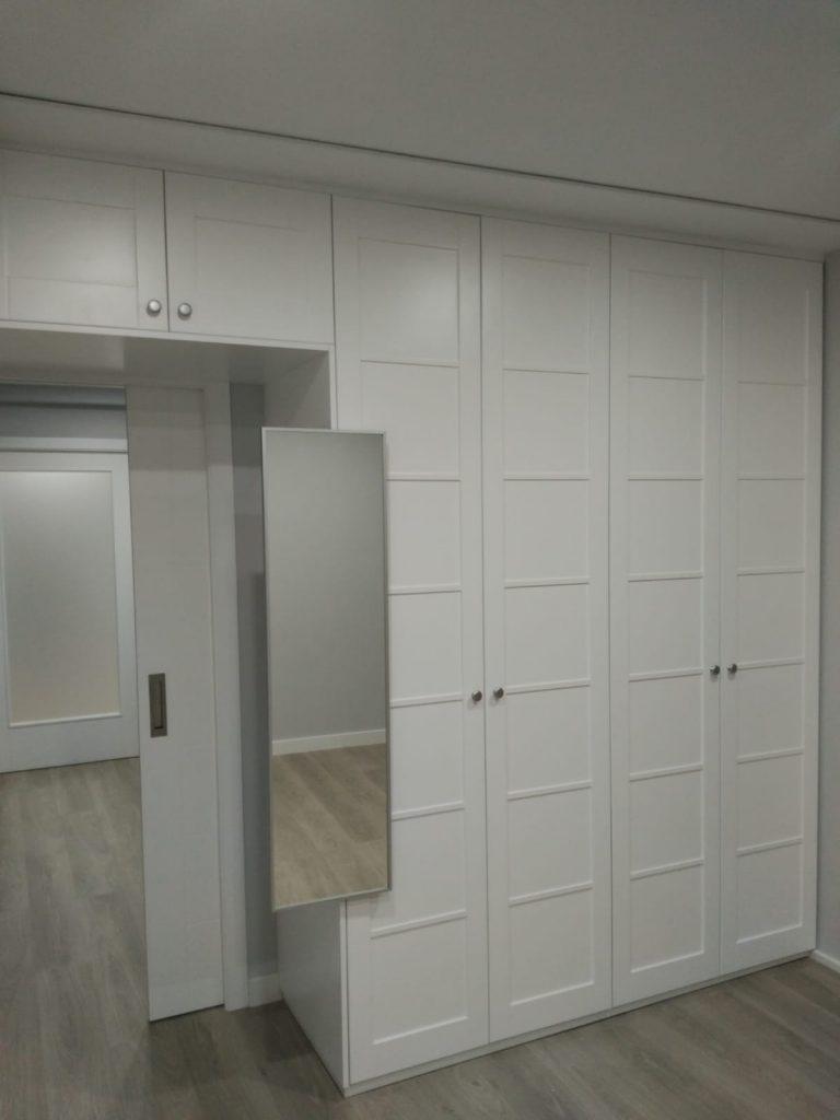 Pared divisoria: Puerta, armario y espejo